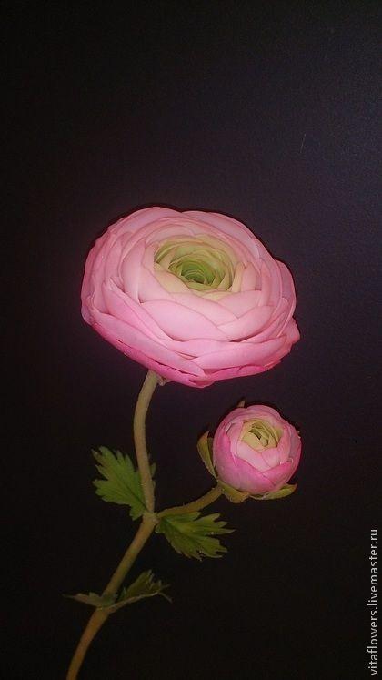 Ранункулюс. Ранункулюс (садовый лютик) из холодного фарфора выполнен в технике керамической флористики. Цветок сделан в натуральную величину. Каждый лепесток и листик вылеплены руками, окрашены масляными красками.