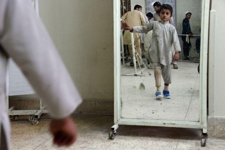 Un enfant afghan amputé marche avec une prothèse dans un hôpital de la Croix rouge internationale à Jalalabad