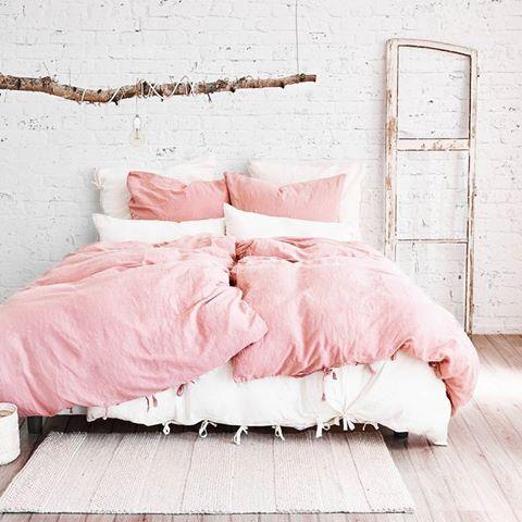 Keine Frage, wir lieben Leinenbettwäsche! Für einen erholsamen Schlaf wie geschaffen. Aus Leinen und Baumwolle gefertigt, fühlt sie sich besonders angenehm auf der Haut an und überzeugt zudem durch ihre sanfte Farbgebung sowie die dekorativen Bänder zum Verschließen. So steht einer entspannten Nachtruhe nichts mehr im Weg. // rosa