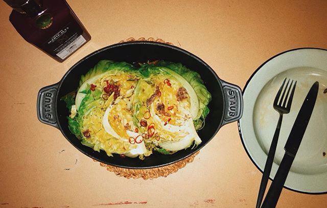 鍋底に多めのオリーブオイル、キャベツ、アンチョビ、鷹の爪、塩胡椒を上から散らして、蓋をして蒸し焼き、最後にオリーブオイルお好みで