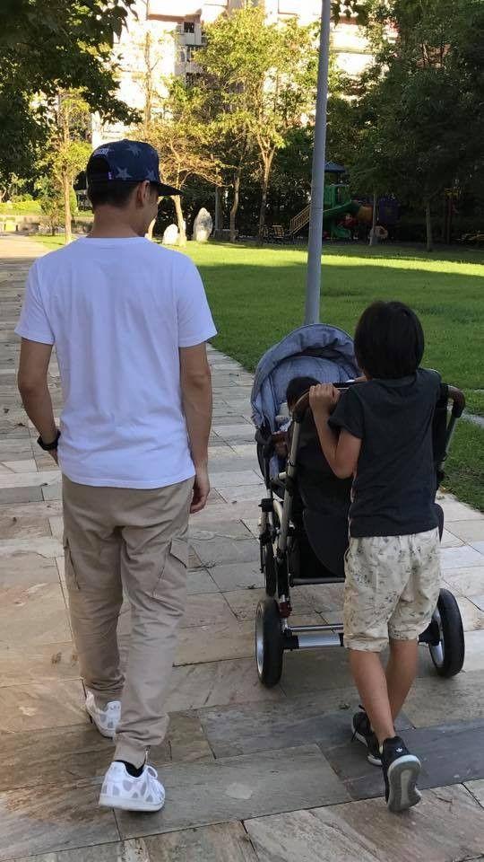 """Mint Jimmy Lin jóképű gyermekgondozás """"testvére kontroll"""" Kimi tolta ikrek séta - ingyenes szórakozást"""