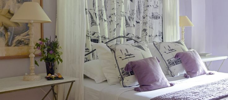 Raikas makuuhuoneen värimaailma Huvila Grenachessa (Provence, Ranska).