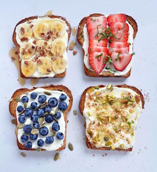 Des tartines à la ricotta, au miel et aux fruits.