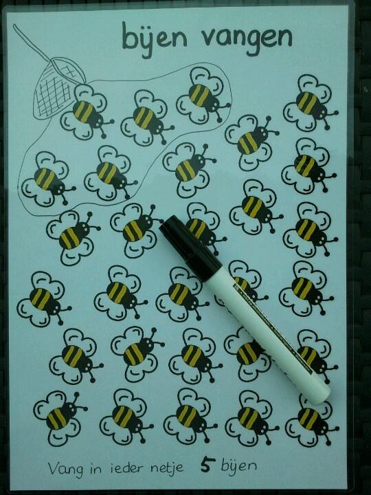 bijen vangen in groepjes van 5. Gelamineerd blad met stift van whiteboard ... uitvegen en de volgende kan opnieuw gaan vangen.