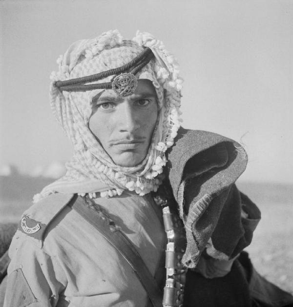 1942年、イラク、イギリスの写真家セシル・ビートン(1904-1980)によって撮影されたアラブ人兵士の写真。帝国戦争博物館のコレクションの内の1枚。…