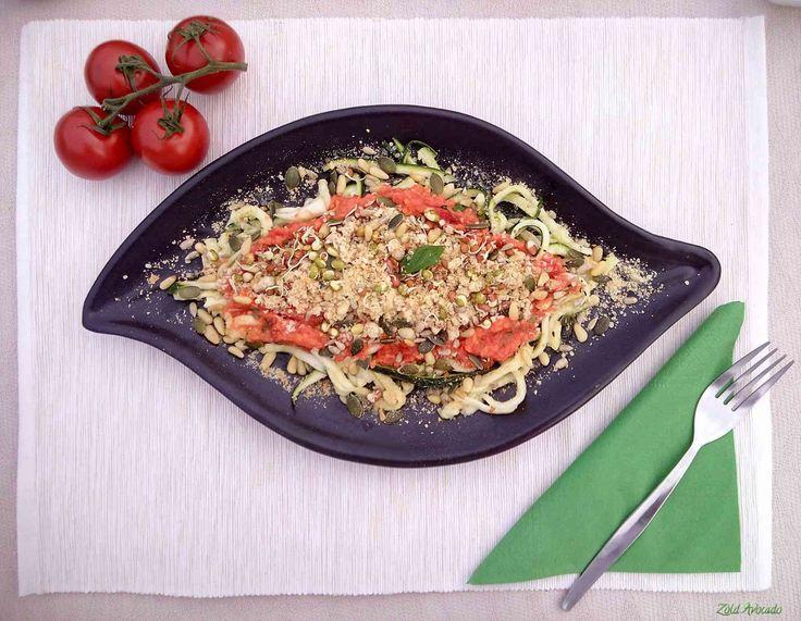 """Főzésmentes cukkini """"spagetti bolognai mártással"""" (laktózmentes, gluténmentes, tojásmentes, nyers, vegán) / Recept / cukkini, paradicsom, dió, lila hagyma, fokhagyma, sörélesztőpehely, sós magok, bazsalikom, citromlé, sárgarépa, só, bors"""