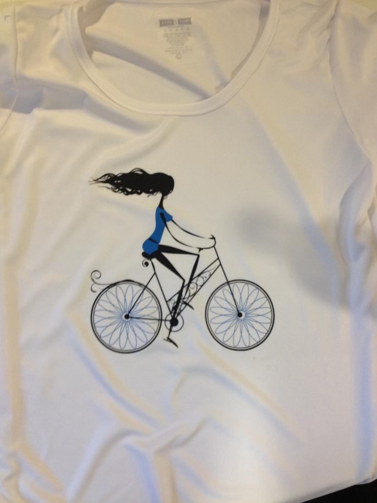 Hermosa bicicleta en una polera deportiva de mujer.  www.mangacorta.cl