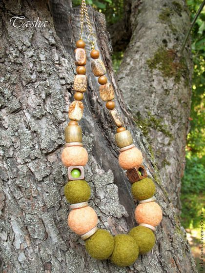 """Бусы """"Берендеев лес"""" - это украшение на каждый день. Гармоничное сочетание войлока, экзотического дерева и натуральных камней понравится поклонницам стиля этно и бохо. Бусы выполнены из войлочных бусин, свалянных из шерсти оливкового и персикового цветов. Оригинально смотрятся бусины зеленого яблочного оникса, спрятанные в деревянное окошечко махагонового цвета."""