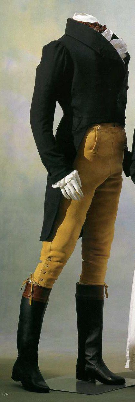 Около 1815. Мужской фрак и панталоны. Фрак из темно-синего тонкого шерстяного сукна двойной ширины, с фалдами и вертикальным вырезом спереди, панталоны из бежевой оленьей кожи.