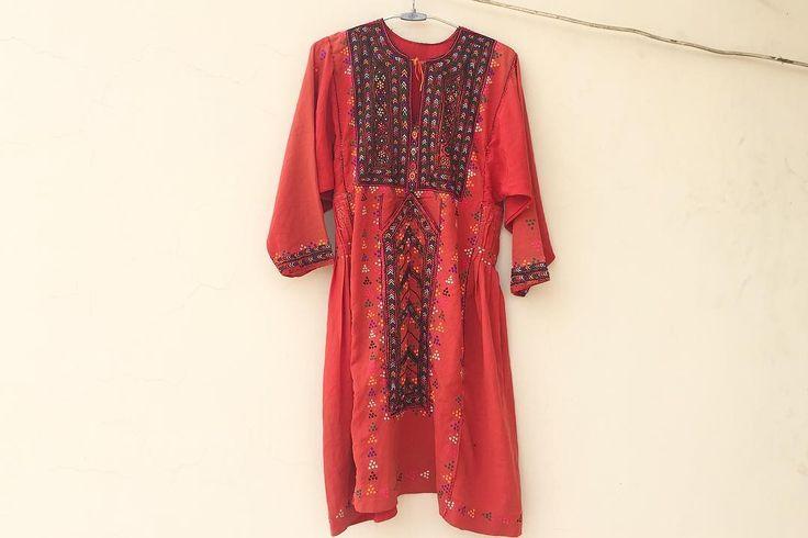 カラフルズの続き  自分でも呆れるほど一歩の歩みが小さくて 気持ちとは裏腹に諸々の準備に手間取り中 あっちもこっちもと気持ちも手足ももつれそう もう少しもう少しいいやまだまだーっ . . #dress #cultureclothing #fashion #balochistan #balochidress #vintage #antique #vintagefashion #embroidery #handmade #mirrorwork #forklore #boho #ワンピース #ビンテージドレス #古着 #古着女子 #刺繍 #手仕事 #ハンドメイド #民族衣装 #バロチドレス #フォークロア #ボヘミアン #ミラーワーク #ファッション #キッチュ #色彩 #カラフル