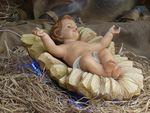 """Noël Noël vient du latin """"dies natalis"""" ou jour de la naissance. On dit aussi """"Nativité"""". C'est la célébration de la naissance de Jésus à Bethléem. L'ange avait demandé à Joseph d'appeler son fils Jésus c'est-à-dire """"Dieu sauve"""". De la faiblesse de ce nouveau-né et de la pauvreté de la crèche, jaillira la puissance de la Résurrection. Noël est célébré le 25 décembre."""
