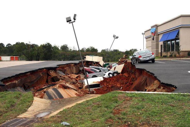 Autot katosivat kuoppaan pikaruokaravintolan parkkipaikalla.