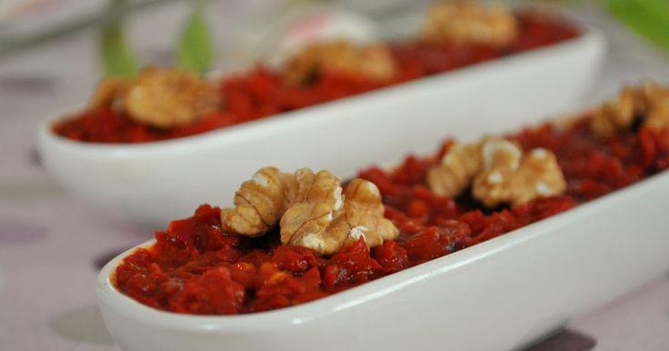 Malzemeler:   -6 çorba kaşığı biber salçası   -2 çorba kaşığı domates salçası   -1 su bardağı ceviz   -1 su bardağından biraz az ekmek...