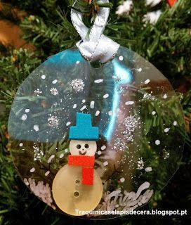 Traquinices e Lápis de Cera: Enfeites de Natal ecológicos #4  Como fazer uma decoração para a árvore de Natal usando uma caixa de plástico descartável e botões. Trabalhos manuais com crianças.