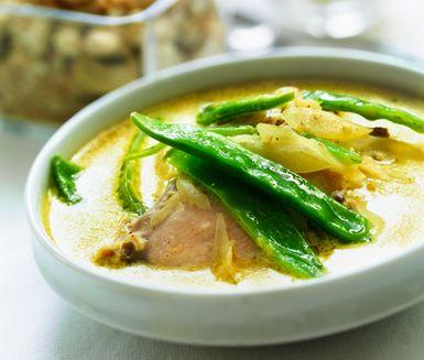 Magnifik indisk kyckling med läckra smaker av kanel, kardemumma och limejuice. Toppa din kyckling med banan, kokos, russin och cashewnötter. Servera med ris och sockerärter. En sensationell smakupplevelse.