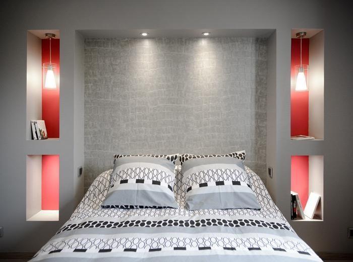 Modern style bedroom with in-walls bed tables, 3D grey headboard and combination of the colors red and grey | Chambre au style moderne avec des tables de chevets in muro, tête de lit gris en 3D, et combinaison des couleurs rouge et grise