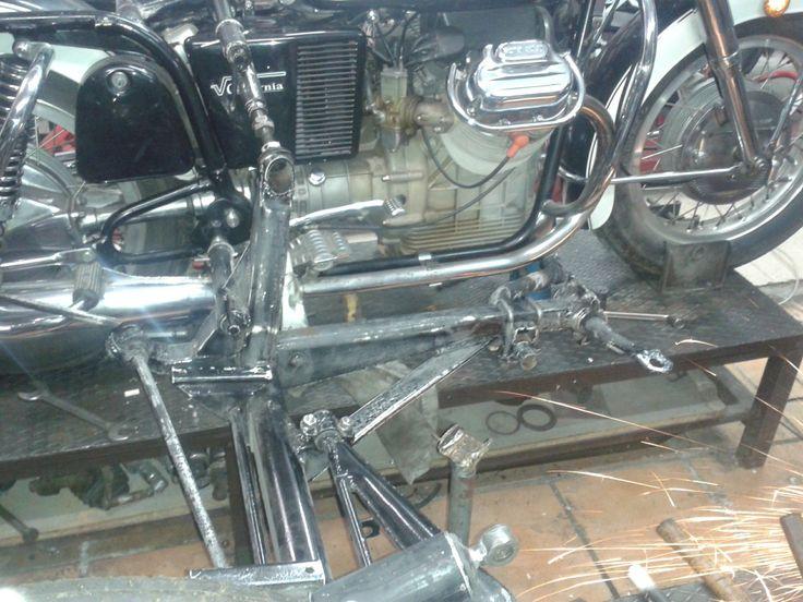 Costruzione attacchi sidecar Moto Guzzi V7 850 tutte le nostre realizzazioni sono reversibili perché non c'è nulla di saldato sul telaio della moto www.sidecarnapoli.com