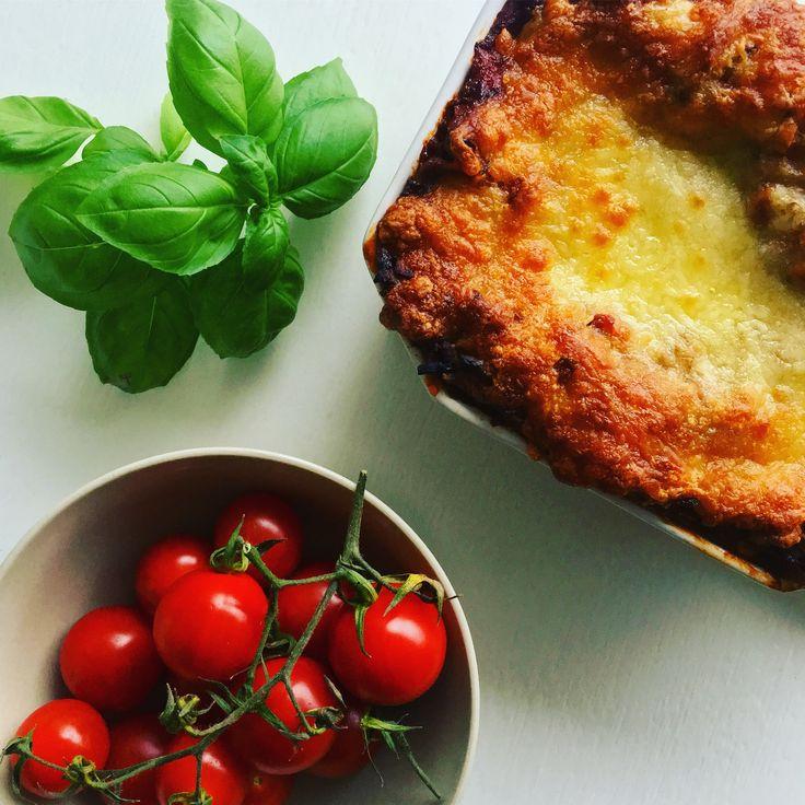 Lasagne med grønt og fuldkornsplader - lækker og smagfuld. Lav en ekstra stor lasagne og frys ned til de dage det skal gå stærkt!