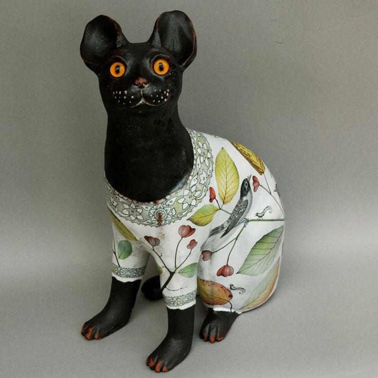 МАРИОН БРАНДИС Большой керамический кот 'Макса MANX' Ручная натуральную величину хвост менее Манкс керамические кошки, обжигается при высокой температуре красного фаянса оловом глазури, ручная роспись и декор передача печатных. Эти кошки вдохновлен знаменитый 'Брайтон Cat' на Брайтон музея, который был сделан Эмиль Галле для Wemyss в Шотландии в 1860 году в реальном стеклянными глазами, ручной работы в Германии цена:£ 800,00 размер:высота 34см