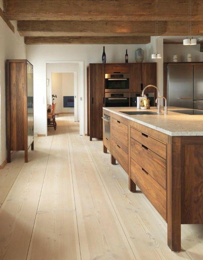 ilot de cuisine central en bois foncé, sol en parquet massif chene couleur clair pas cher