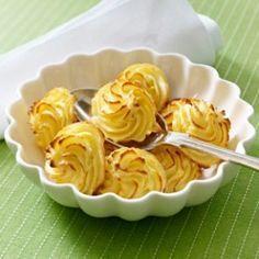 Wir haben die Kartoffel so richtig fein gemacht und zu Rosetten aufs Blech gespritzt. Die hübsche Beilage nennt sich vornehm Herzoginkartoffeln und ist ein Klassiker der französischen Küche.