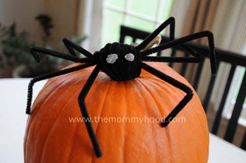 Pipe-cleaner spider tutorial - this is how we decorate for Halloween!