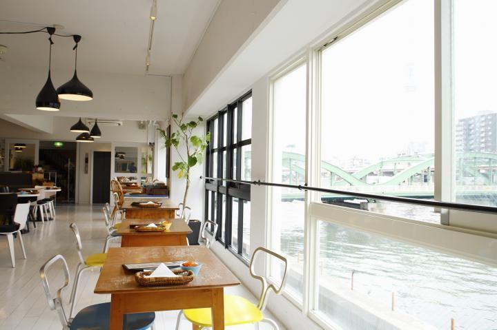 たっぷりのカジュアルビストロ料理が食べられる隅田川沿い Riverside café Cielo y Rio(リバーサイドカフェ シエロイリオ)  住所:東京都台東区蔵前2-15-5 MIRRORビル1F・3F TEL:03-5820-8121 時間:11:30~22:00LO(土日祝は11:00~)、ランチ11:30~15:00LO(土日祝は11:00~)、ディナー17:30~22:00LO、カフェ ~22:30LO 定休日:無休 http://www.cieloyrio.com/