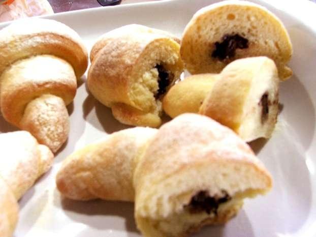 I consigli di Sara Papa per preparare i cornetti in casa. Con questa ricetta al cioccolato ogni giorno a casa vostra la colazione sarà una una festa per grandi e piccini. http://www.alice.tv/ricette-cucina/preparazioni-base/cornetti-semola-cioccolato