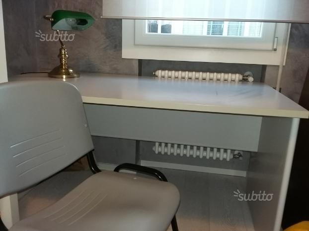 scrivania-sedia-e-lampada-da-ufficio-studio
