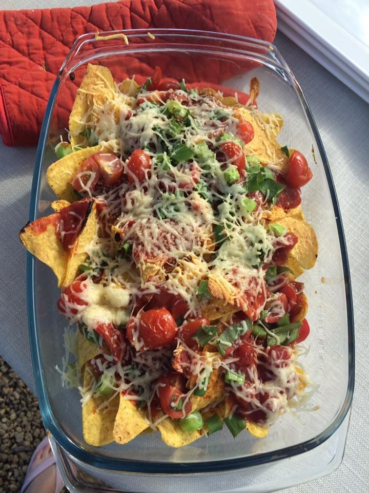 Doritos, salsa, geraspte kaas, kerstomaten, pijpajuintjes en chilikruiden