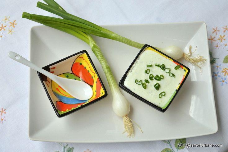 Sos de iaurt cu ceapa verde - un sos racoritor care se potriveste perfect langa gratare, snitele, legume prajite sau coapte. Un sos de primavara sau vara