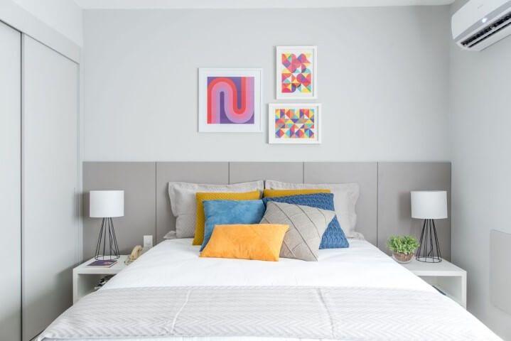 d015ff8b6 Quarto de casal claro com cama box Projeto de Renata Romeiro  camabox   quartocasal