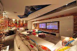 Salas multimedia de estilo moderno por ANNA MAYA & ANDERSON SCHUSSLER https://www.homify.com.mx/libros_de_ideas/1022981/21-salas-multimedia-que-te-van-a-encantar-para-tu-casa