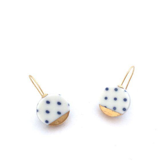 Porselein oorbellen, gouden keramische sieraden, noppen, blauw wit Delfts blauw, moderne minimalistische oorbellen, geometrische oorbellen, moderne keramiek door OeiCeramics op Etsy https://www.etsy.com/nl/listing/248054601/porselein-oorbellen-gouden-keramische