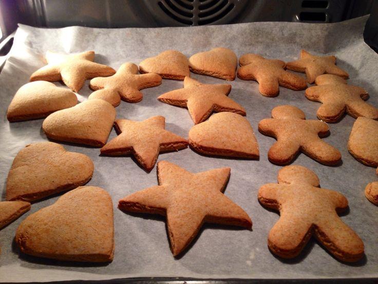 Jeg elsker bare honningkager, vil siger at faktisk er min yndlings småkage. Der bliver ca. 40 honningkager - alt efter hvor store udstiksforme man vælger at bruge. Du skal bruge: 200 g honning 90 g...