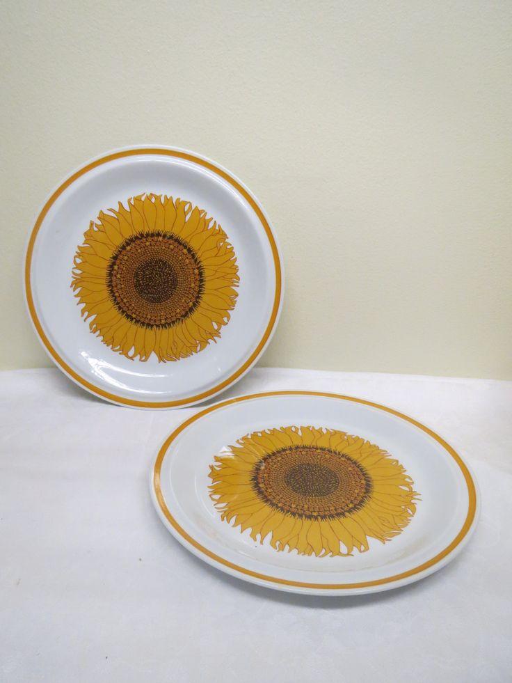 Ihastuttavat norjalaiset auringonkukkakuvioiset matalat lautaset, 6 kpl.  Valmistaja Stavangerflint.  Ehjä ja siistikuntoiset, vähäisiä käytön jälkiä.  Halkaisija 24,5 cm.  10 euroa/kpl.