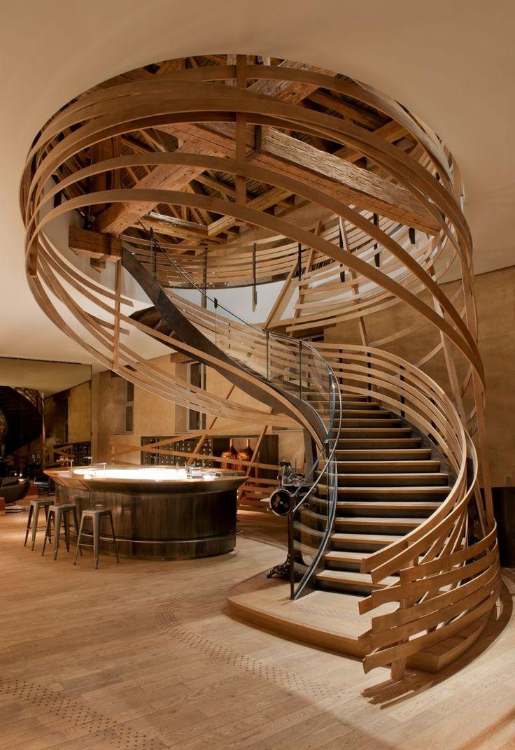 Installée dans l'ancienne grande écurie royale de #Strasbourg, la brasserie Les Haras de Marc Haeberlin, propose un cadre alliant modernité et histoire. Ici le très graphique escalier #bois qui mène au bar.