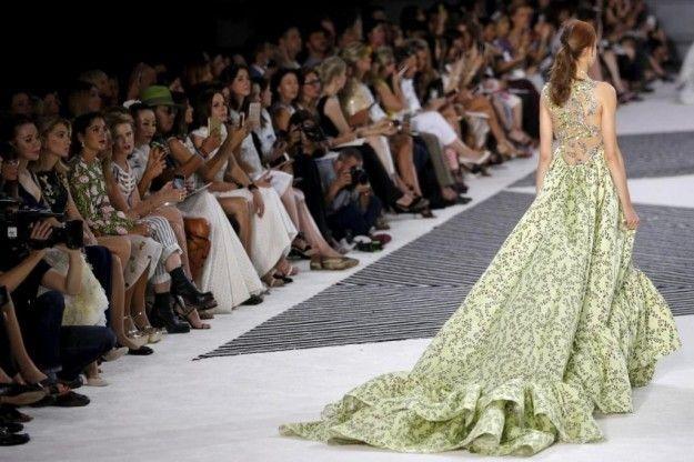 Abito verde con strascico Giambattista Valli - Modello con lunga coda terminale fra gli abiti Haute Couture autunnoinverno 20152016 a Parigi