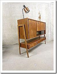 Prachtig zwevend cabinet wandkast in Deense stijl. Zeer bijzonder in zijn vormgeving, de kast lijkt optisch te zweven. Periode: jaren 60. Ontwerper: Onbekend. Materiaal: noten hout. Stijlvolle vormgeving door zijn hoge ranke poten. Afmetingen: B1.54 x D0.45 x H1.15 cm. Prijs: 895,-