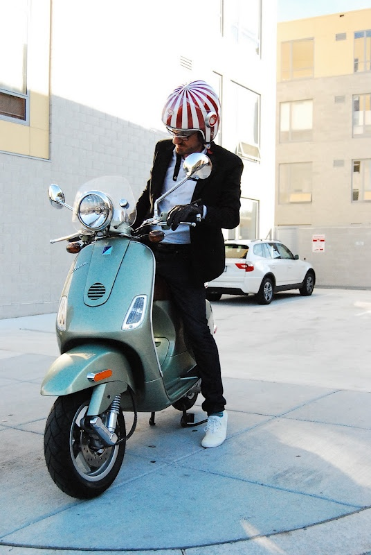 Vespa LXV (with the retro headlight) and an Ateliers Ruby helmet. A match made in heaven!