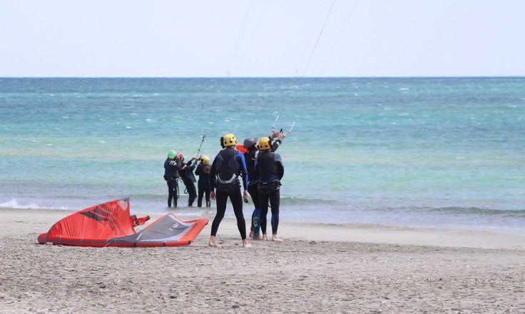 Seuls sur la plage, les yeux en l'air ! #kitesurf #méditerranée