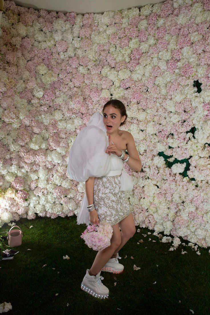 Do you see the holes in the flower wall? When it came time to throw my bouquet, I couldn't find the original, so I composed one from the display! For dancing, I changed into Buffalo platform shoes with LED lights. I bought them on Amazon and had someone bring them from New York because they don't ship overseas.
