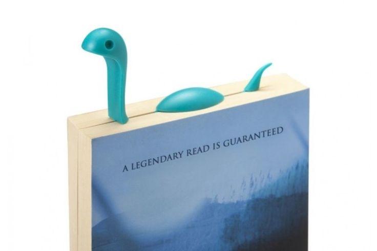Nessie Tale van Ototo   Dit vrolijk gekleurde monstertje, duikt stiekem je boek binnen wanneer jij klaar bent met lezen. Hij is niet zomaar een boekenlegger, maar eentje die te schattig is om te laten liggen. Snel een boek uitzoeken dus, waar je graag in wilt beginnen!