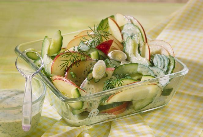 Apfel-Gurken-Salat mit Sauerrahm-Dressing   Kochrezept