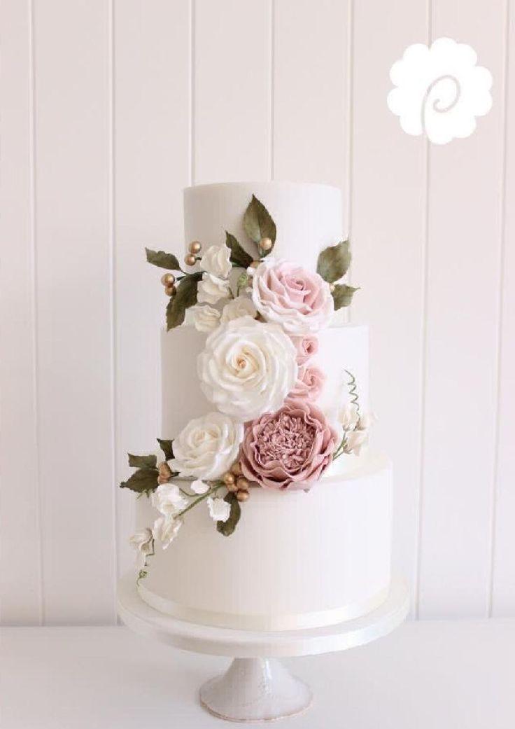 Weiche Rosa und Grüns in den Blumen auf dieser eleganten Hochzeitstorte sind …   – Wedding