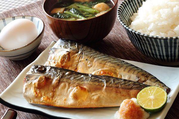 自宅で魚を焼く場合は、魚焼きグリルを使うのが一般的ですよね。皮はパリッとなかはふっくらと焼けておいしいものですが、とにかく片付けが面倒。網や受け皿、コンロ庫内など、キレイにしなければならない箇所が多すぎて、敬遠しがちな人も少なくないはず。そこで、フライパンでおいしく魚を焼く方法をご紹介します。