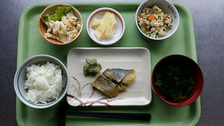 1月20日。魚の西京焼き、炒り豆腐、マカロニのツナサラダ、麩と小松菜草のすまし汁、リンゴでした!魚の西京焼きが特に美味しかったです!586カロリーです