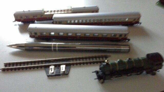 Wagonnetjes, locomotief, stukje rails, zoooo klein