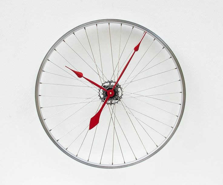 Hmmm... I have an old bike wheel... Recycled Bike Wheel clock #DIY