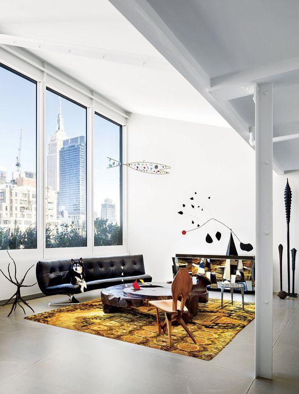 Haz uso de los colores vivos y los detalles geométricos para darle un aire modernista a tu sala.